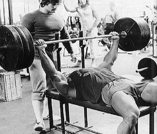 arnold-schwarzenegger-bench-press-trening