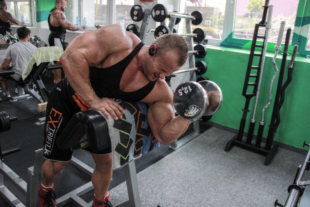 bicepsovy-zdvih-scottovej-lavicke-s-jednoruckou-pavel-vacek