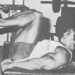 Dvíhanie nôh s ohnutými kolenami v ľahu na lavičke (obrátené skracovačky)