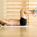 Dvíhanie nôh s ohnutými kolenami v ľahu na zemi